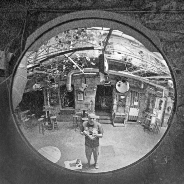 Görbe tükörben - Analóg önarckép
