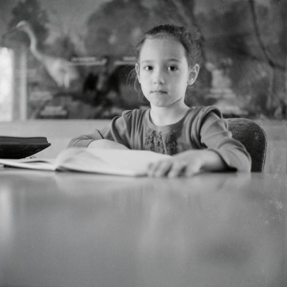 Tanulás közben (Mártély, Biológiai oktatóközpont, 2013. október 28.)  (Yashica Mat 124G, Kodak TRI-X 400)